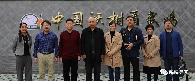 副社长刘伟(左四)、区委副书记吴秀红(右四)等领导与88必发娱乐官网88必发娱乐最新网址管理人员合影
