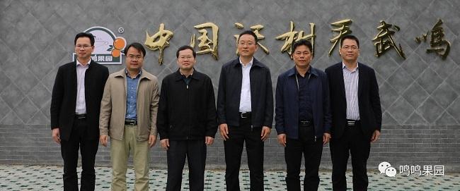 自治区邮政管理局局长韦慧(左三)一行与88必发娱乐官网88必发娱乐最新网址负责人合影